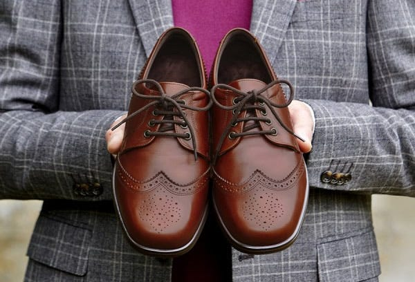 Smart shoes for men with swollen feet